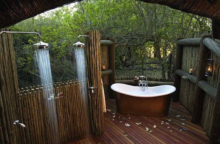 Outdoor bathroom ideas tubs showers modern home for Indoor outdoor bathroom design ideas